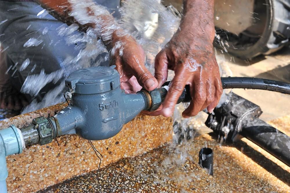 Loodgieter bezig met lekkage aan de waterleidingen