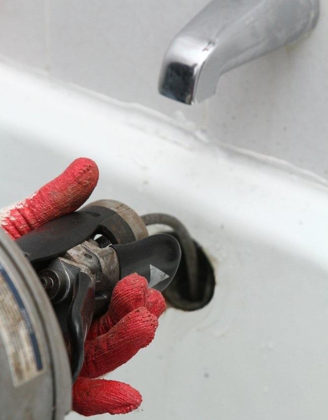Loodgieter verstopping aan het oplossen in de badkuip